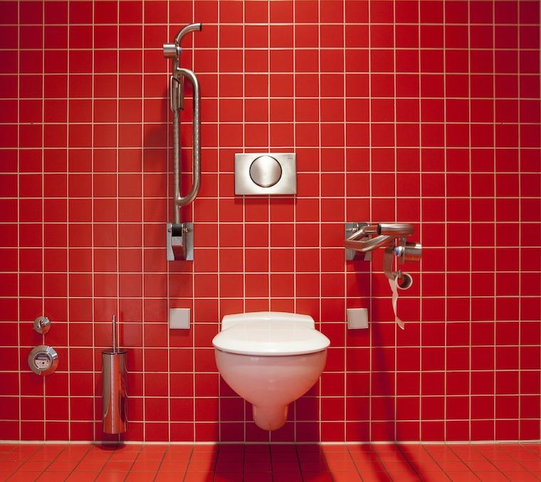 WC in rot gefliestem Bad