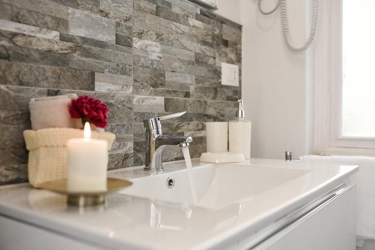 Waschbecken mit Kerze